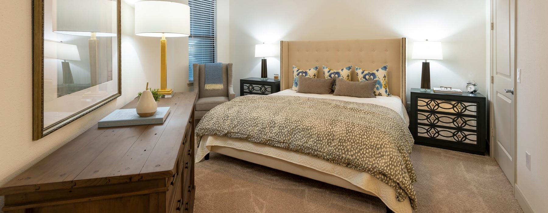 bedroom with ceiling fan, lighting fixture and window